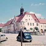 Marktplatz mit Rathaus 1957.