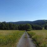 """Ein neuer """"Böhmischer Sommer"""" ermöglichte wieder die andere Perspektive: Blick von Waltersgrün (Valtirov) auf den Schauerberg (Skarmanka). Jenseits liegt Waldmünchen."""