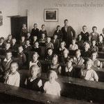 Schülerjahrgang 1923 mit Lehrer Eduard Hell, gefallen 1945 - wie viele seiner Schüler.
