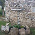 Die Gedenkstätte für die beiden ermordeten Russen hinter der Kapelle im Friedhof Grafenried (Lučina). An dieser Stelle wird das Grab vermutet (Sommer 2019).