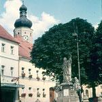 Nepomuk-Denkmal, links Gasthaus Postbräu.