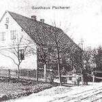 Das noble Café Pscherer, an der Hauptstraße gelegen, soll ein großstädtisches Flair ausgestrahlt haben. Dahinter schon der Zollstadel.