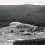 Das alte Glasmacherdorf Althütten (Stará Hut') liegt im hinteren Winkel des Talkessels von Wassersuppen.
