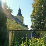 Die Kirche vom Friedhof aus gesehen. Die Linden ließ Pfarrer Pittner 1831 pflanzen; allmählich werden sie weniger.