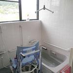 浴室~足の不自由な方でもリフトでお風呂に入れます