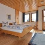 Schlafzimmer mit Ostbalkon und Morgensonne