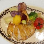 Putenbrust mit Gemüseallerlei und blauen Kartoffel