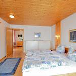 Schlafzimmer mit Doppelbetten, zusätzlich ein Schraubte für eine dritte Person