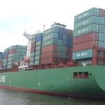 Un grand cargo chinois dans le port d'Hambourg.