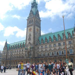 Devant l'hôtel de ville à Hambourg.