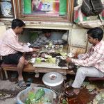 Man verkauft Betelnüsse, deren rote Überbleibsel überall auf den Straßen Indiens zu finden sind