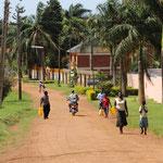 Direkt vor der Tür geht das typisch afrikanische Leben los