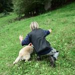 """Anweisungen verbal und richtungsweisende Handbewegung - der Rettungshund ist sehr konzentriert und erwartet sein """"Startsignal"""""""