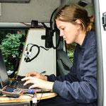 Hochkonzentriert wird im Einsatzleitwagen mit moderner Technik gearbeitet