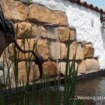 Wandquelle in mediterraner Putzmauer mit Sandstein