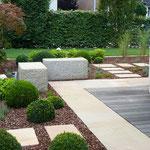Terrasse, Wege, Sitzsteine, Einfassung Holzterrasse, Beeteinfassung aus Sandstein Großformatplatten