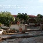 Naturstein Terrassenplatten Sandstein Wasserbecken in sich geschlossener mediterraner Garten Garten- und Landschaftsbau Gröne