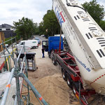 Extensive Dachbegrünung Dachsubstrat aufgeblasen mit Silofahrzeug  Garten- und Landschaftsbau Gröne