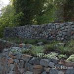 Piesberger Natursteinmauer Hochbeet zur Hofseite bepflanzt mit Gräsern und Stauden 2