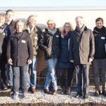 Mit den Beteiligten des Projekts bei strahlendblauem Himmel auf dem Dach der Friedrich Lütvogt GmbH & Co. KG