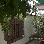 Mediterrane Putzmauer mit Pfannenabdeckung und eingearbeitetem Antikfenster