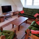 6: Wohnzimmer mit LED-TV und Kaminofen