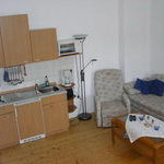 2: Wohnzimmer mit Küchenzeile