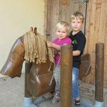 Die Kinder lieben unser Holzpferd