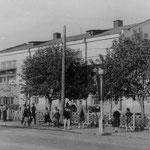 """Дом культуры имени Карла Маркса был открыт на восточной стороне. Позже он стал кинотеатром """"Россия"""", а теперь это торговый центр """"Русь""""."""