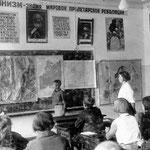 1933 год. 1 сентября открыла двери первая школа-десятилетка №1.