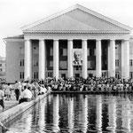 """В ДК """"Октябрь"""", открывшемся в 1963 году, были очень популярны лекции факультета международных отношений и внешней политики страны. Не хватало мест в зрительном зале, слушатели располагались в фойе, куда транслировались выступления лекторов."""
