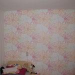 Kinderzimmer mit einer Mustertapete tapeziert.