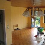 Wohnzimmergestaltung mit einer Durchschleiftechnik und dekorativen Wandlasur.