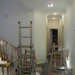 Neubeschichtung von Wand-und Deckenflächen und Stuckelementen in einer Villa.