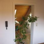 Türblatt mit aufgesetztem Spiegel und Zierprofil an dem Türrahmen.