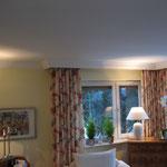 Wohnzimmer mit nostalgischem Zierprofil.