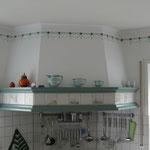 Küchengestaltung mit Modellierputz und Schablonierung an den Wandflächen und dekorativen Zierprofil.