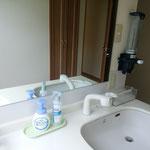 2階洗面台はペーパータオルと紙コップ、消毒剤を設置致しました