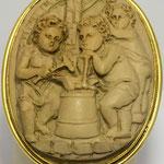 Spilla e ciondolo in argento con cammeo inciso su pietra lavica