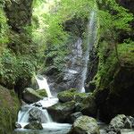 山深い渓流の滝
