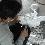 龍の頭を彫刻