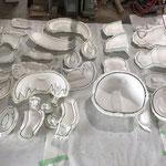 スチロール原型の凹凸がそのまま出るために、石膏雌型も表面研磨します。