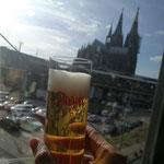 Ein Kölsch mit Blick auf den Kölner Dom