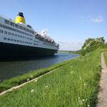 Eines der vier Kreuzfahrtschiffe die während unserer Urlaubswoche durch den Kanal fuhren
