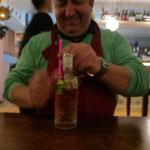 Auch Gino freut sich über einen leckeren Drink von Barkeeper Malte