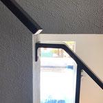 階段手摺と壁付け手すりは出来るだけ接近させて