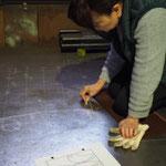 こうやって鉄板の上に、アイアンの装飾部分を描いて製作します