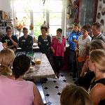 begrüßungsentschlackungssmoothie mit löwenzahn, brennnessel, ananas, avocado, leinöl, chiasamen und wasser