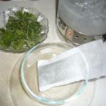 teesäckchen, gefüllt mit 2tl (1g) getrocknetem kraut, mit kochendem wasser übergießen