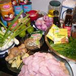 zutaten: ingwer, knoblauch, schalotten, zitronengraspulver, limette, chilipulver, planzenöl, koriandersamen, sternanis, hühnerwürfelsuppe, kokosmilch, hühnerbrust, zuckerschoten, grüne bohnen, salz, frühlingszwiebeln, fischsauce, sojasauce, petersilie